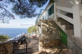 Pohled na dům a terasy