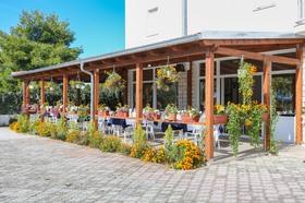 Restaurace poskytuje posezení venku