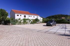 Velké parkoviště u domu