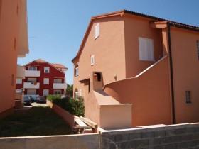 Dům sousedí s domem Antonela