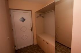 Šatní skříň na chodbě