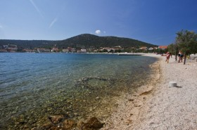 Hlavní oblázková pláž