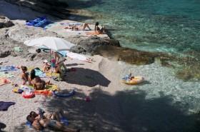 Odpočinek ve stínu na pláži
