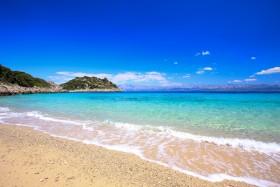 Oblázková pláž v zátoce Divna