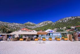 Jedna z restauraci na pláží