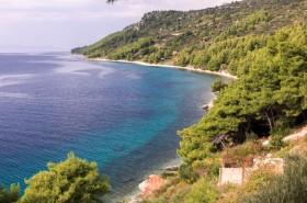 Pohled na pláž z cesty