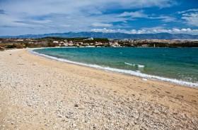Překrásná oblázková pláž