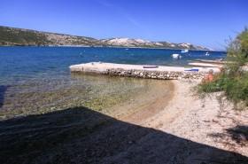Pohled z pláže na protější stranu ostrova