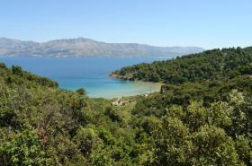 Pohled na zátoku Lovrećina z cesty
