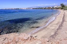 Pohled na písečnou pláž