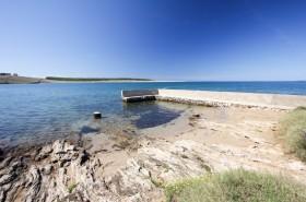 Možnost kotvení člunů u písečné pláže