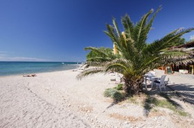 Úsek pláže před restaurací