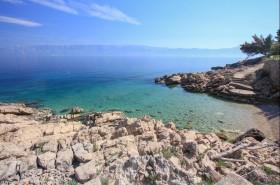 Oblázková pláž s výhledem na Makarskou
