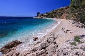 Část oblázkové pláže