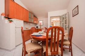 Jídelní stůl a kuchyňská linka