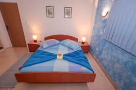 Detail postele v ložnici