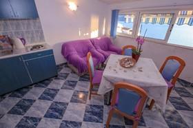 Kuchyňský kout v obývacím pokoji