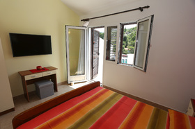Vybavení první ložnice a vstup na balkon