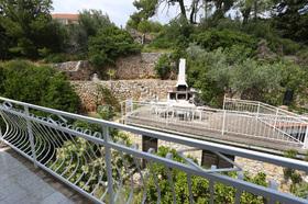 Pohled z balkonu do zahrady
