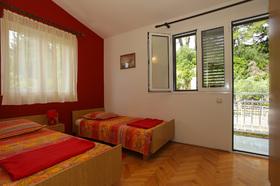 Druhá ložnice se dvěma posteli a Vstupem na balkon
