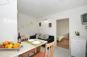 Obývací část s jídelním stolem