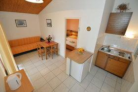 Pohled na kuchyň a obývací část