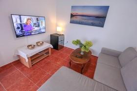 Obývací pokoj vybaven 4K televizí