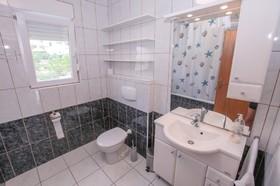 Prostorná koupelna s WC