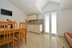 Pohled na obývák s kuchyňským koutem