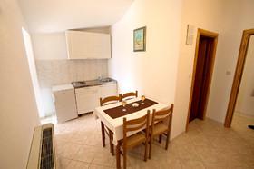 Kuchyňský kout a jídelní stůl