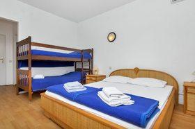 V pokoji se nacházi taky patrová postel
