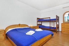 Manželská postel a patrová postel