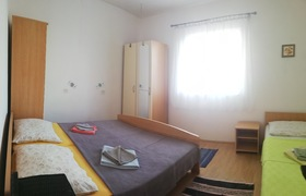 Ložnice manželskou postelí a postelí