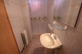 Druhá koupelna se sprchovým koutem
