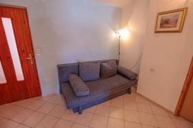 Jedna pohovka v obývacím pokoji