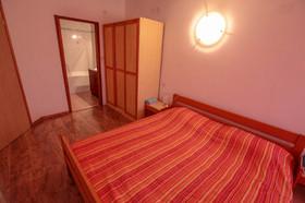 Vybavení ložnice a vlastní koupelna s vanou