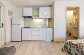 Kuchyňský kout a vstup do koupelny