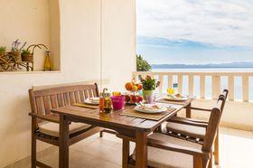 Posezení na terase s výhledem na moře
