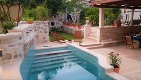 Posezení u bazénu