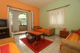 Prostorná ložnice se dvěma posteli a pohovkou na rozložení
