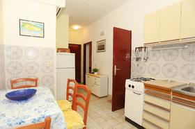 Kuchyně v apartmánu s jídelním koutem